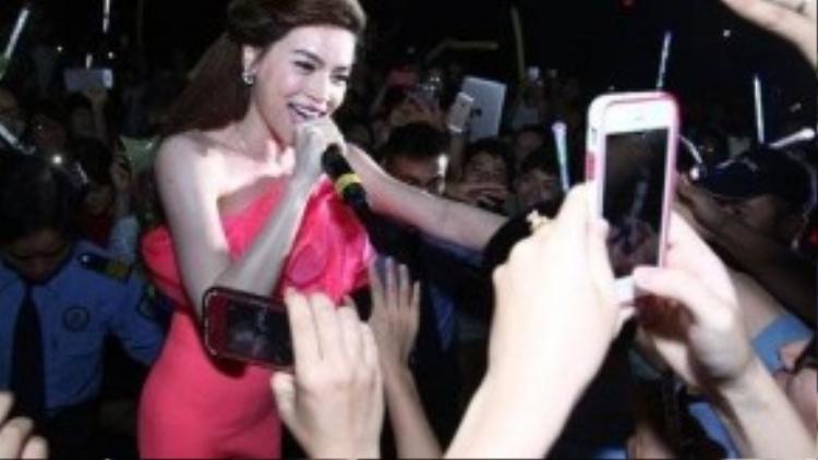 """Vị trí của Hà Hồ trong lòng fans chẳng hề suy giảm sau cả """"núi"""" scandal."""