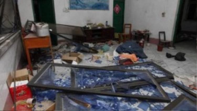 Cửa sổ đều bị vỡ và rơi vãi trên sàn nhà trong một căn phòng tại nơi xảy ra vụ nổ (Ảnh: Getty Images).