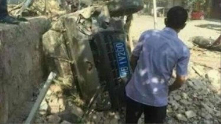 Xe máy, xe ô tô đều bị hư hại do sức ép từ vụ nổ và nằm ngổn ngang trên đường phố (Ảnh: Xina).