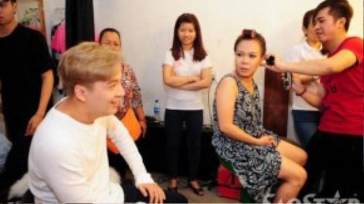 Trong hậu trường Ngô Kiến Huy luôn pha trò khiến cả Việt Hương cũng phải bất ngờ.