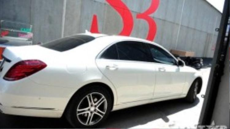 Với giá gần 4 tỷ đồng, chiếc xe Mercedes s400 màu trắng của Trấn Thành nổi bật giữa trường quay.