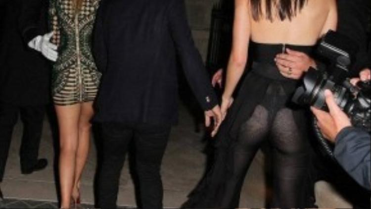 """Chất liệu vải xuyên thấu cũng để lộ vòng 3 tròn trịa của Kendall. Kiều nữ nhà Jenner ngày càng táo bạo trong khoản ăn mặc. Kendall thường xuyên bị bắt gặp """"thả rông"""" ngực, không mặc bra khi ra phố."""