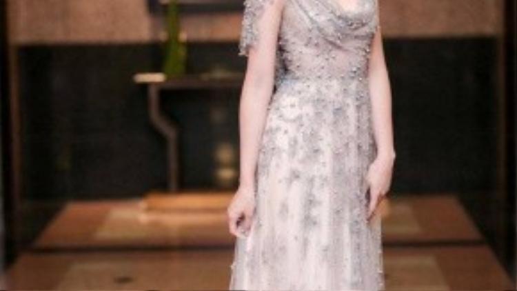Hoa hậu Ngọc Hân tựa như nàng công chúa với thiết kế xuyên thấu dáng xòe. Cô theo đuổi phong cách cổ điển nên chiếc váy được Ngọc Hân chọn khoác lên người rất kín đáo.