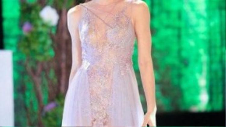"""Hồ Ngọc Hà mang thời trang xuyên thấu lên sân diễn, có thể nói trang phục xuyên thấu là trang phục """"thần thánh"""" nhất khi không cần sự hỗ trợ của những món phụ kiện thời trang thì người mặc vẫn tỏa sáng."""