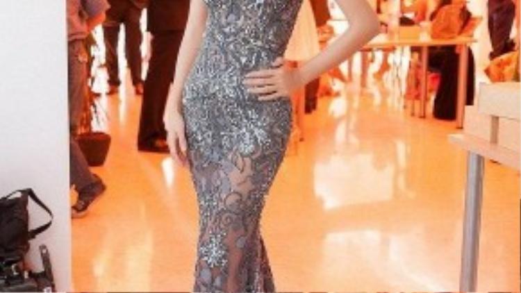 Người đẹp Kim Tuyến chọn váy xuyên thấu màu ánh kim giúp cô sang trọng hơn trong show diễn của nhà thiết kế Hoàng Hải tại Tây Ba Nha.