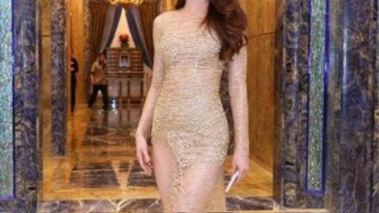 Ca sỹ Hồ Ngọc Hà chinh phục mọi ánh nhìn bởi gu thời trang đẳng cấp mà vẫn gợi cảm cùng đôi giày ton-sur-ton màu nude cùng váy.
