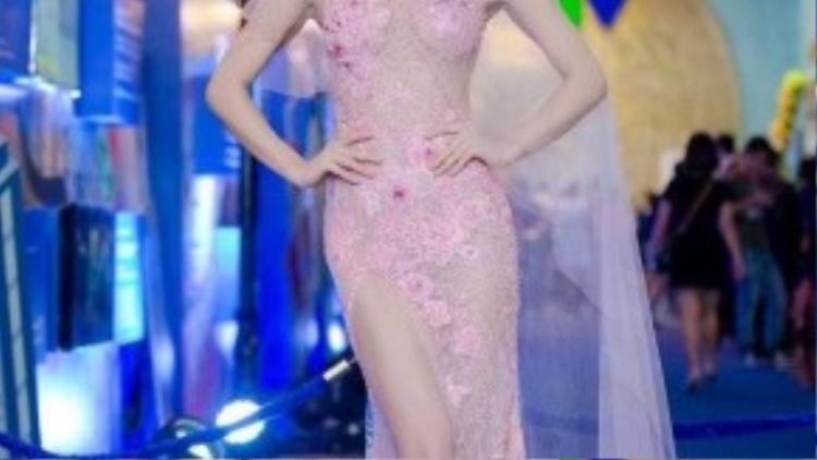 Chân dài Hà thành Hồng Quế diện váy xuyên thấu mỏng như sương với những họa tiết thêu ren che chắn vừa đủ của nhà thiết kế Hoàng Hải.
