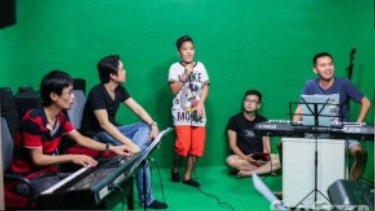 Cả thầy và trò cùng bước vào buổi tập dưới sự trợ giúp của dàn nhạc Cát Tiên Sa.