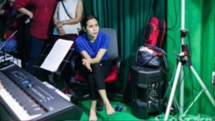 Lưu Hương Giang chăm chú lắng nghe các thí sinh của mình hát.