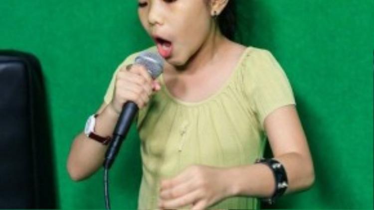 """Đội Giang - Hồ đang nắm trong tay """"thần đồng opera"""" Phương Khanh, cô bé có là thí sinh ấn tượng nhất của cuộc thi năm nay."""