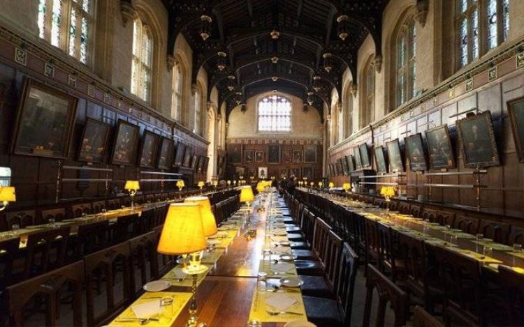 Bạn được mời ăn tối tại Great Hall  địa điểm đinh trong Harry Potter