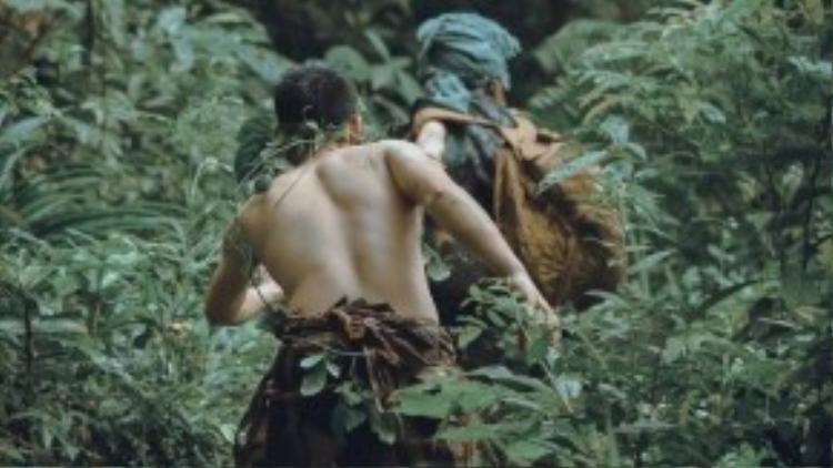 Cuộc đụng độ bất ngờ giữa chốn rừng thiêng nước độc, khiến cô gái vô cùng hoảng sợ.