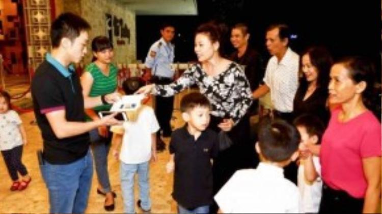 Đồng hành cùng gia đình nhỏ của Hà Hồ còn có ông bà ngoại của Su Beo và các bạn nhỏ thân thiết của bé cũng đến xem.