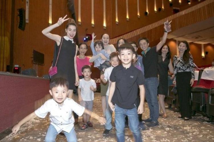 Hồ Ngọc Hà và Cường Đô-la cùng đưa Subeo đi xem nhạc