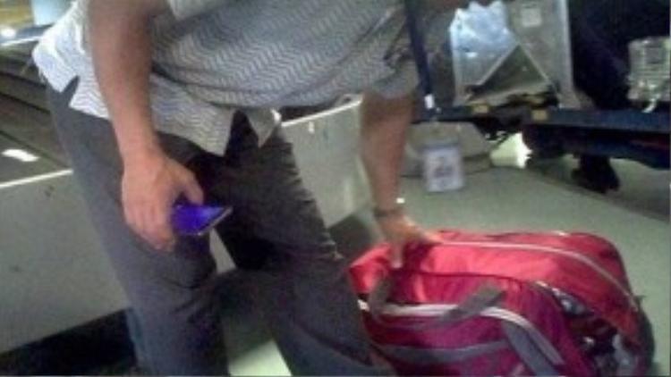 Quá trình bốc xếp hành lý cho khách thường xuyên gặp phải những túi đồ hay thùng hàng bị rách, thủng rớt đồ ra ngoài. Ảnh cắt từ clip.