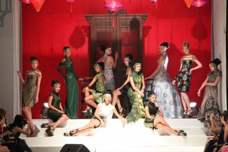 NTK đến từ Indonesia lấy sắc hoa mê hoặc giới thời trang Việt