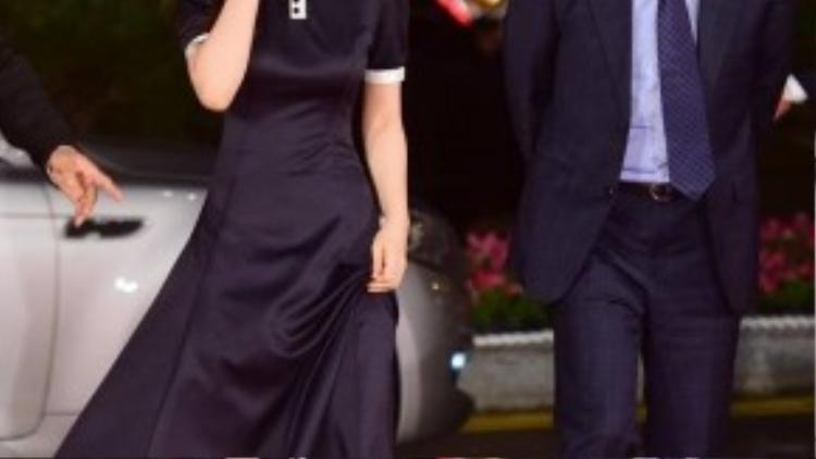 Sao nhí Kim Yoo Jung đi cùng với nam diễn viên kỳ cựu Seong Dong Il.