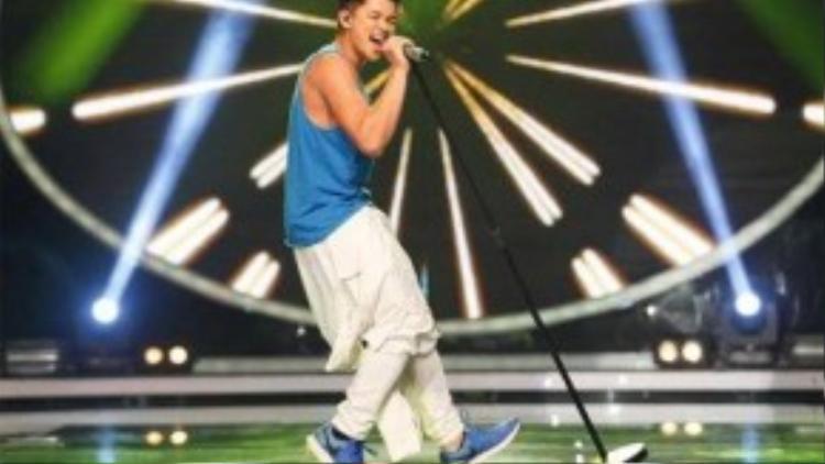 Trọng Hiếu trình diễn ca khúc Uptown Funk trong cuộc thi Vietnam Idol 2015.