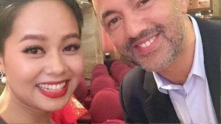 Hoàng Quyên chụp ảnh cùng nhà sản xuất âm nhạc RedOne.