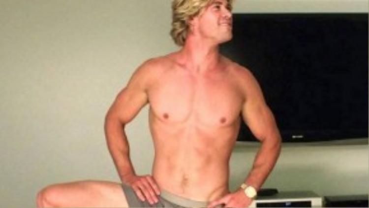 Chris Hemsworth vào vai người anh rể quyến rũ, ưa thích khoe thân và hay làm những hành động kỳ quặc trong Vacation (2015). Sau khi bức ảnh này được tung ra, cộng đồng mạng đã vô cùng thích thú nên nhờ đó, bộ phim này giúp nhà sản xuất gây được nhiều sự chú ý hơn cả mong đợi.