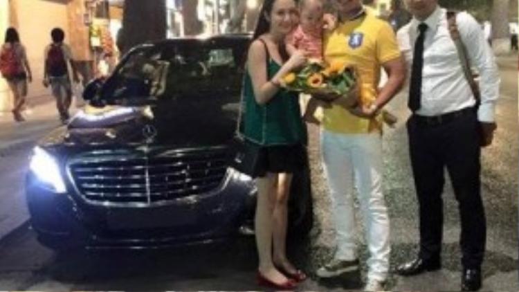 Tuấn Hưng cùng gia đình hào hứng với siêu xe mới tậu. (Ảnh: FBNV)