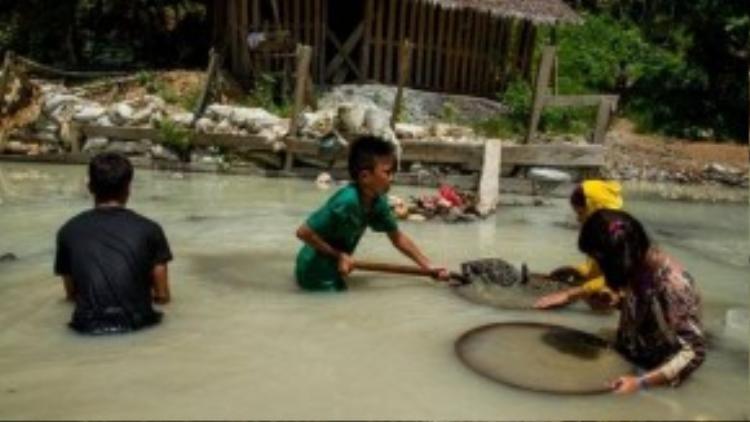 Hàng ngày thay vì đi học, các em nhỏ lặn ngụp tìm vàng và ngâm mình trong dòng nước ô nhiễm để đãi ra từng mảnh vàng.