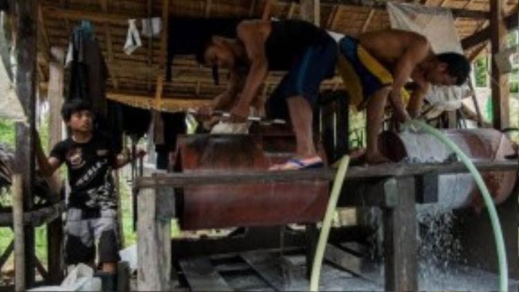 Các lao động trẻ em ở đây còn phải tiếp xúc trực tiếp với thủy ngân, một độc tố gây co thắt cơ, đau lưng và hoại tử da.