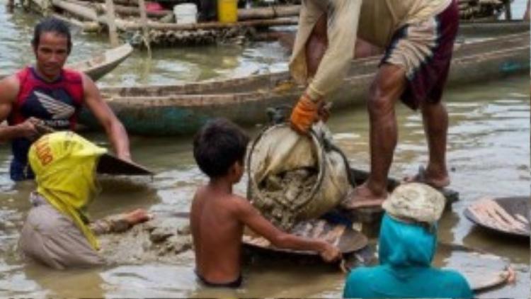 Hàng nghìn lao động trẻ em phải làm việc trong môi trường cực kỳ nguy hiểm tại các mỏ vàng. Nguy cơ bị đuối nước lúc nào cũng cận kề.