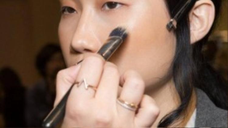 Kha Mỹ Vân là người mẫu Việt Nam có được cơ hội làm việc cùng lúc 2 kinh đô thời trang lớn của thế giới.