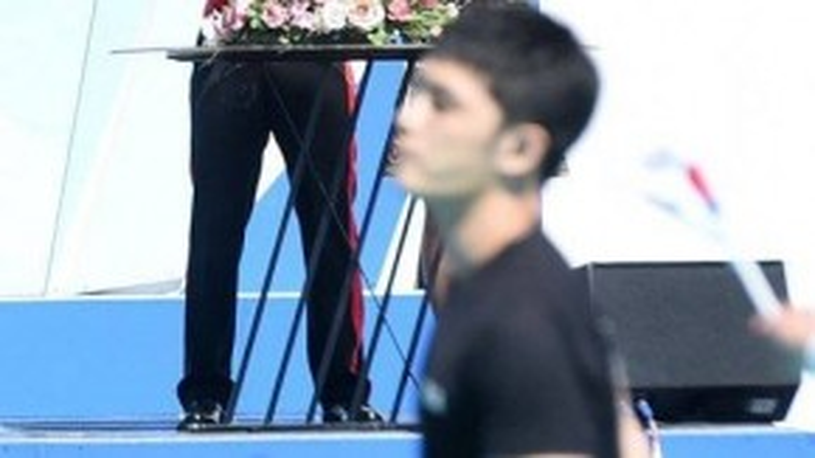 Yunho quan sát người đồng đội cũ biểu diễn.