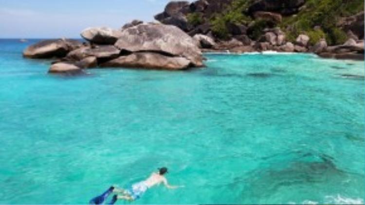 Quần đảo Similan, nằm ngoài khơi bờ biển phía tây, phù hợp cho những ai yêu thích những điều tuyệt vời từ miền nhiệt đới. Du khách sẽ đắm mình trên những bãi biển đông người, tàu thuyền tấp nập hoặc dành thời gian để thư giãn và khám phá.