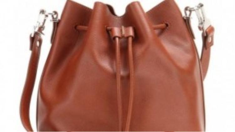Mẫu túi bucket bag đơn giản và dễ phôí đồ nhất.