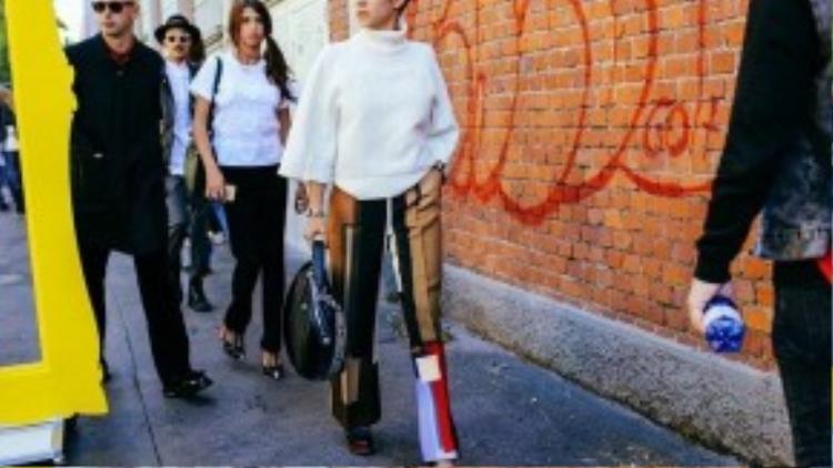Chiếc quần với những bảng màu ấn tượng có thể thu hút bất kì ánh nhìn nào trên đường phố.