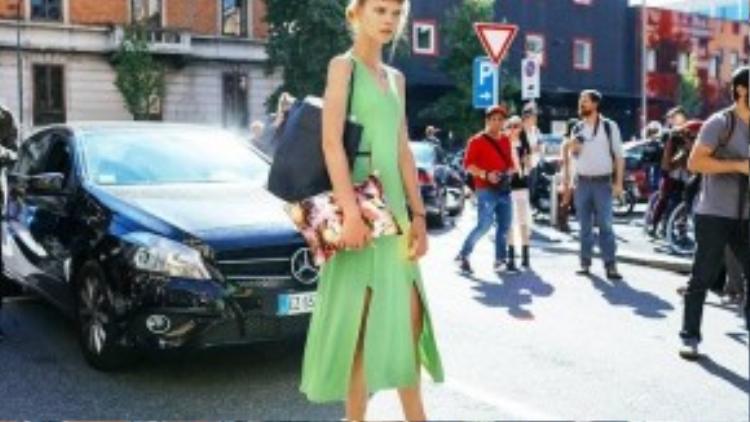 Fashionista Irina Kravchenko diện váy xẻ tà với màu xanh ngọc mát mắt. Các mix đồ của Irina nàng khá gần gũi với các cô nàng tại Việt Nam.