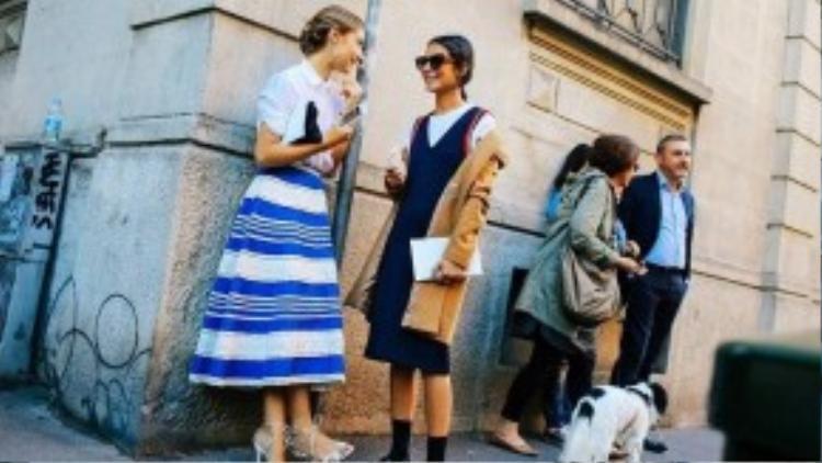 Cặp đôi Jenny Walton và Michela Meni cùng diện phong cách Gungle với váy kẻ sọc thời thượng và váy yếm phủi bụi.