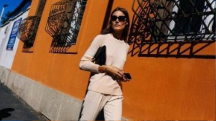 Bộ street style đơn sắc giản dị hiếm hoi trên đường phố Milan.