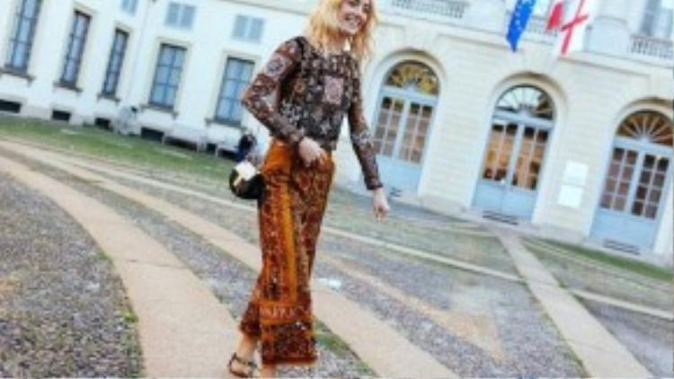 Điểm nhấn trên trang phục của người mẫu Chloe Norgaard là chiếc túi Drew hiệu Chlóe. Trông cô nàng dịu dàng và nữ tính như một quý cô thời thượng châu Âu.