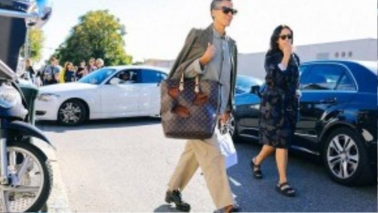 Tín đồ thời trang nam thể hiện phong cách sành điệu không kém phái nữ với túi Louis Vuitton được cắt xẻ ấn tượng.