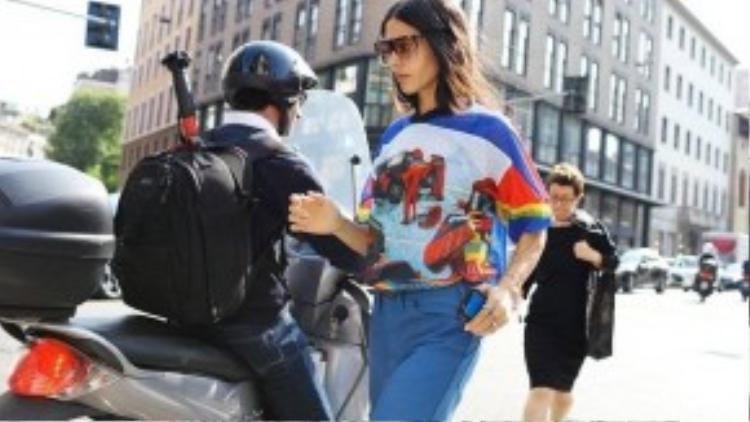 Xu hướng pop art được Gilda Ambrosio lăng xê qua kiểu áo thương hiệu Loewe. Nữ fashionista còn diện kèm cùng kính mát độc đáo.