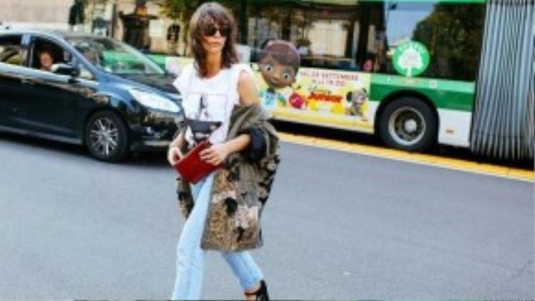 Iriana Lakicevic diện nguyên cây hàng hiệu xuống phố với quần jeans Levi's, áo thun Givenchy kèm giày của Louis Vuitton.