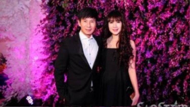 Trước khi tiệc sinh nhật bắt đầu, nhiều sao Việt cũng xúng xính váy áo đến chúc mừng Mr. Đàm với hai tông màu chủ đạo tím và đen do chủ nhân buổi tiệc yêu cầu. Trong ảnh, vợ chồng Lý Hải - Minh Hà.