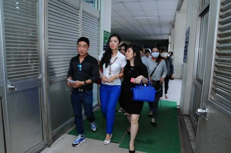 Việt Trinh nghẹn lòng khi đến thăm bệnh nhân nghèo