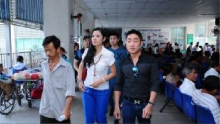 Dù khá bận rộn cho việc ra mắt phim Trót yêu, Việt Trinh vẫn dành thời gian cho việc tham gia các hoạt động từ thiện của nhóm Bồ câu trắng.