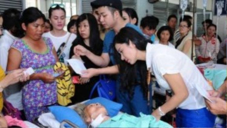 Hơn 9 trường hợp bệnh nhân kém may mắn được nhóm từ thiện đến hỏi thăm và trao quà.