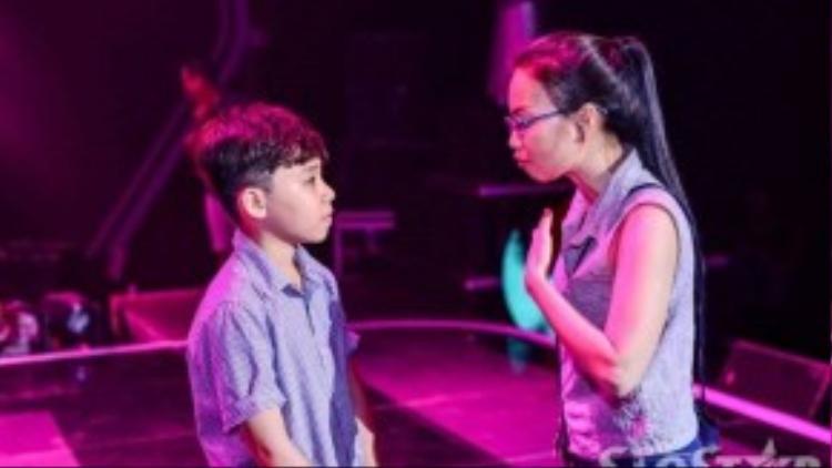 Tuy nhiên, vì quá cảm xúc nên cậu bé có vài chỗ hát chưa đúng nhịp và Cẩm Ly là người hướng dẫn chi tiết lại cho cậu bé.