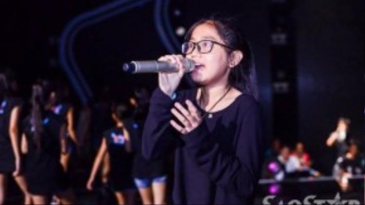 Nhã Thy đội Cẩm Ly cũng hăng say trên sàn tập. Tuần trước, cô bé là thí sinh có số lượng bình chọn từ khán giả cao nhất trong team Cẩm Ly.