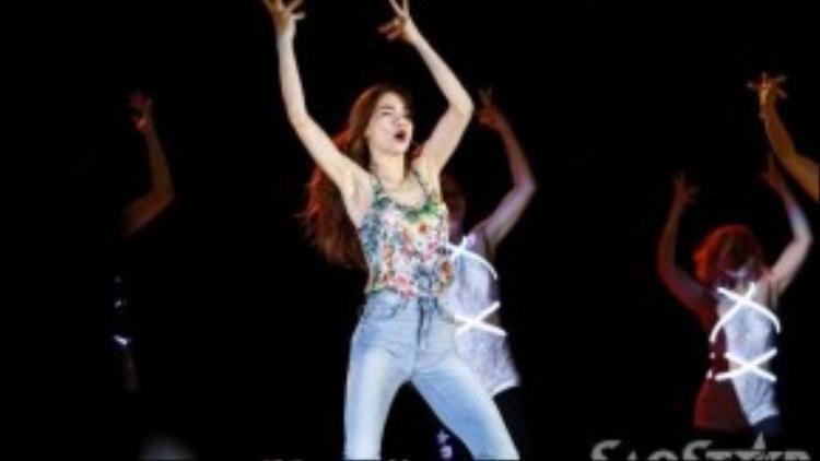 Cô khoe vũ đạo bắt mắt, điêu luyện bên cạnh vũ đoàn. Tiết mục của cựu HLV Giọng hát Việt mùa 1 được dàn dựng rất công phu, kỹ lưỡng.