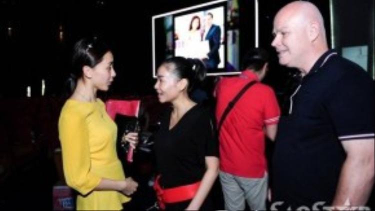 Trước khi về khách sạn nghỉ ngơi, Thu Minh tranh thủ trò chuyện, hỏi thăm á hậu Dương Trương Thiên Lý.