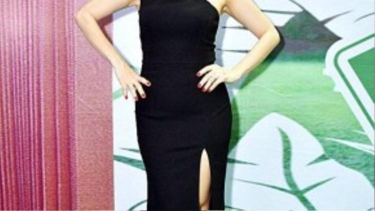 Cẩm Ly xinh đẹp và quyến rũ trong chiếc váy dài ôm sát cơ thể.