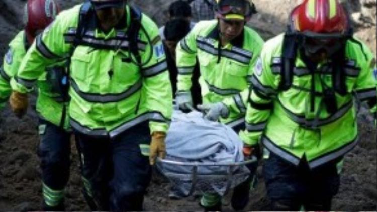 Một nhóm cứu hộ đang khiêng thi thể một nạn nhân thiệt mạng trong vụ sạt lở.